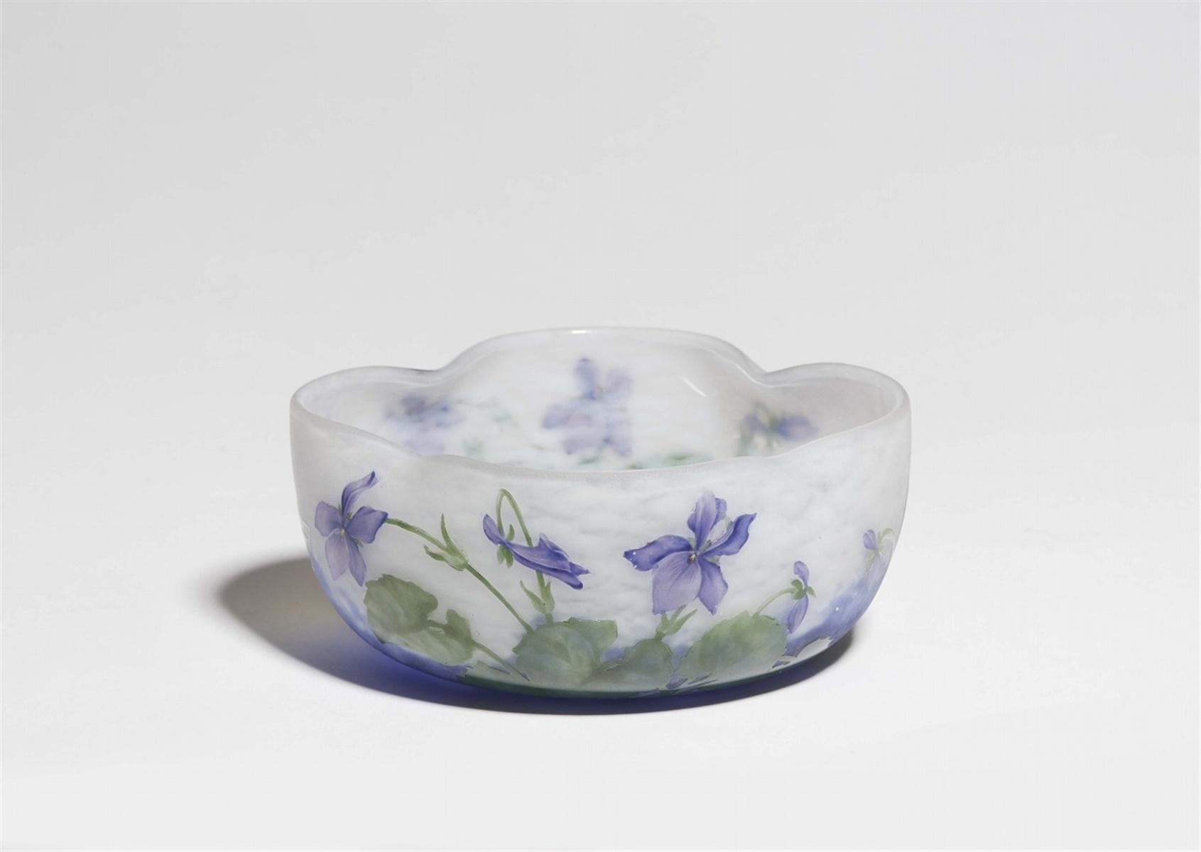 Lot 24 - Coupe violetsAußen matt geätztes Glas mit wolkigen Pulvereinschmelzungen in Weiß und Blau, grüner