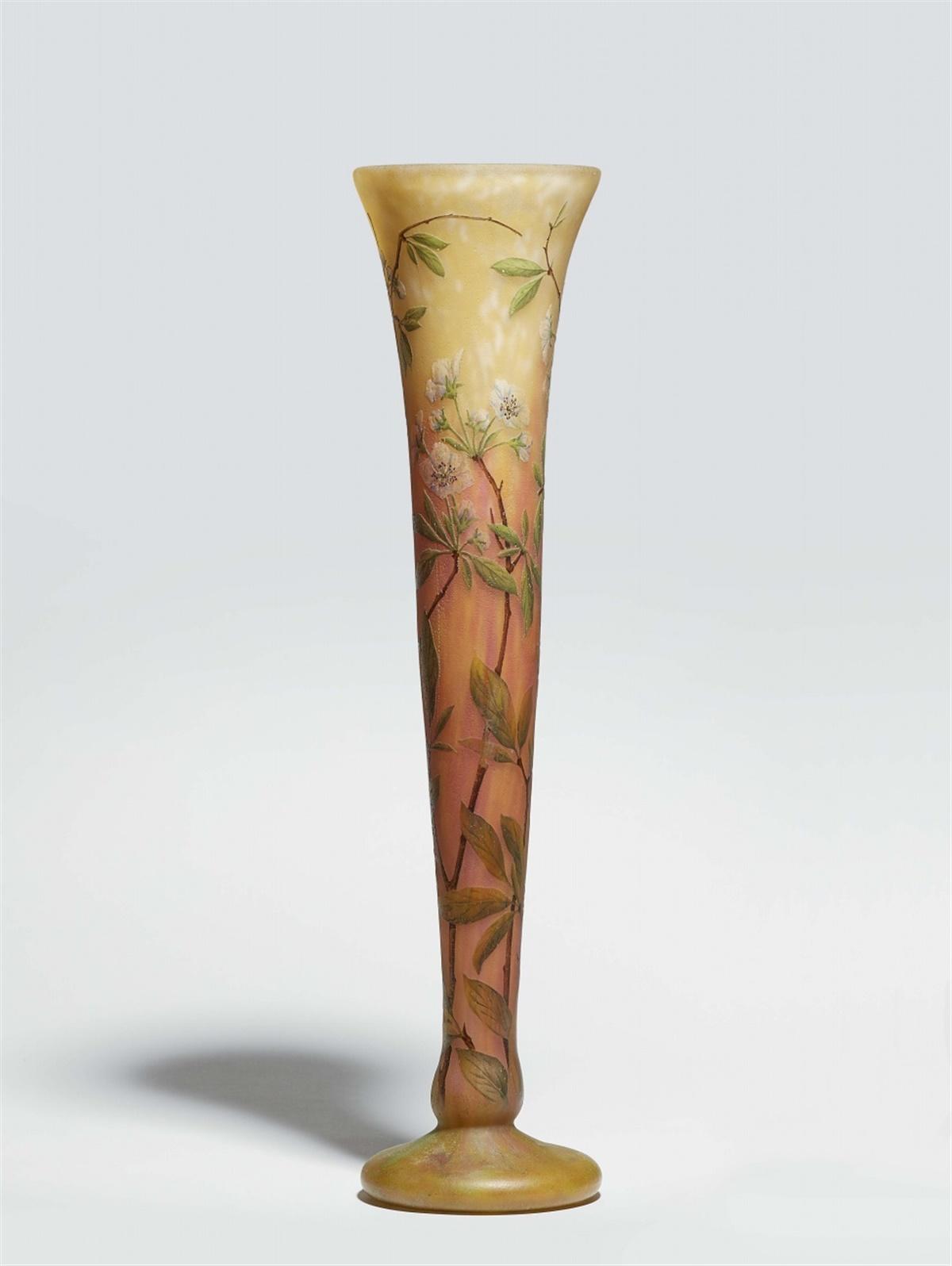 Lot 23 - Hohe Trichtervase cerisiers en fleursMatt geätztes Glas mit rotgelben Pulvereinschmelzungen und