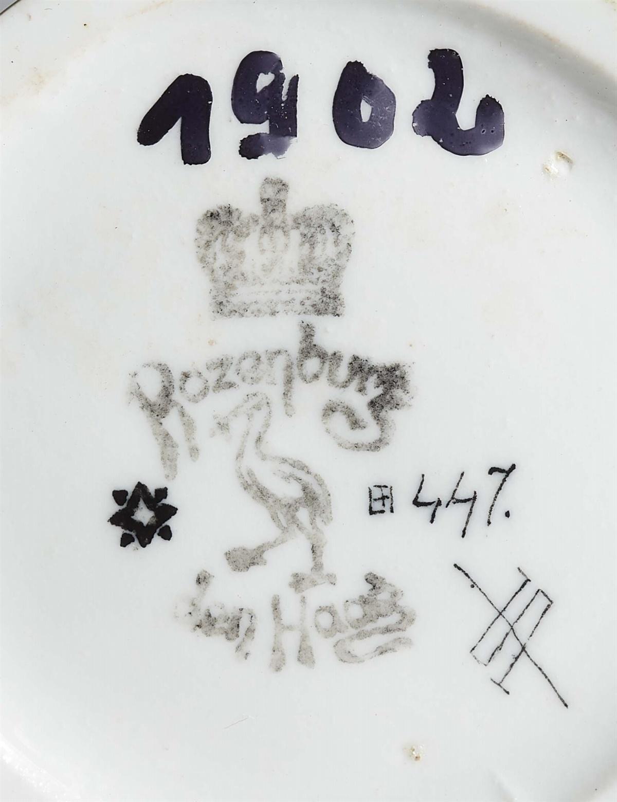 Lot 16 - Holländische Vase mit ChrysanthemenEierschalenporzellan mit farbigem Aufglasurdekor. Schwarze