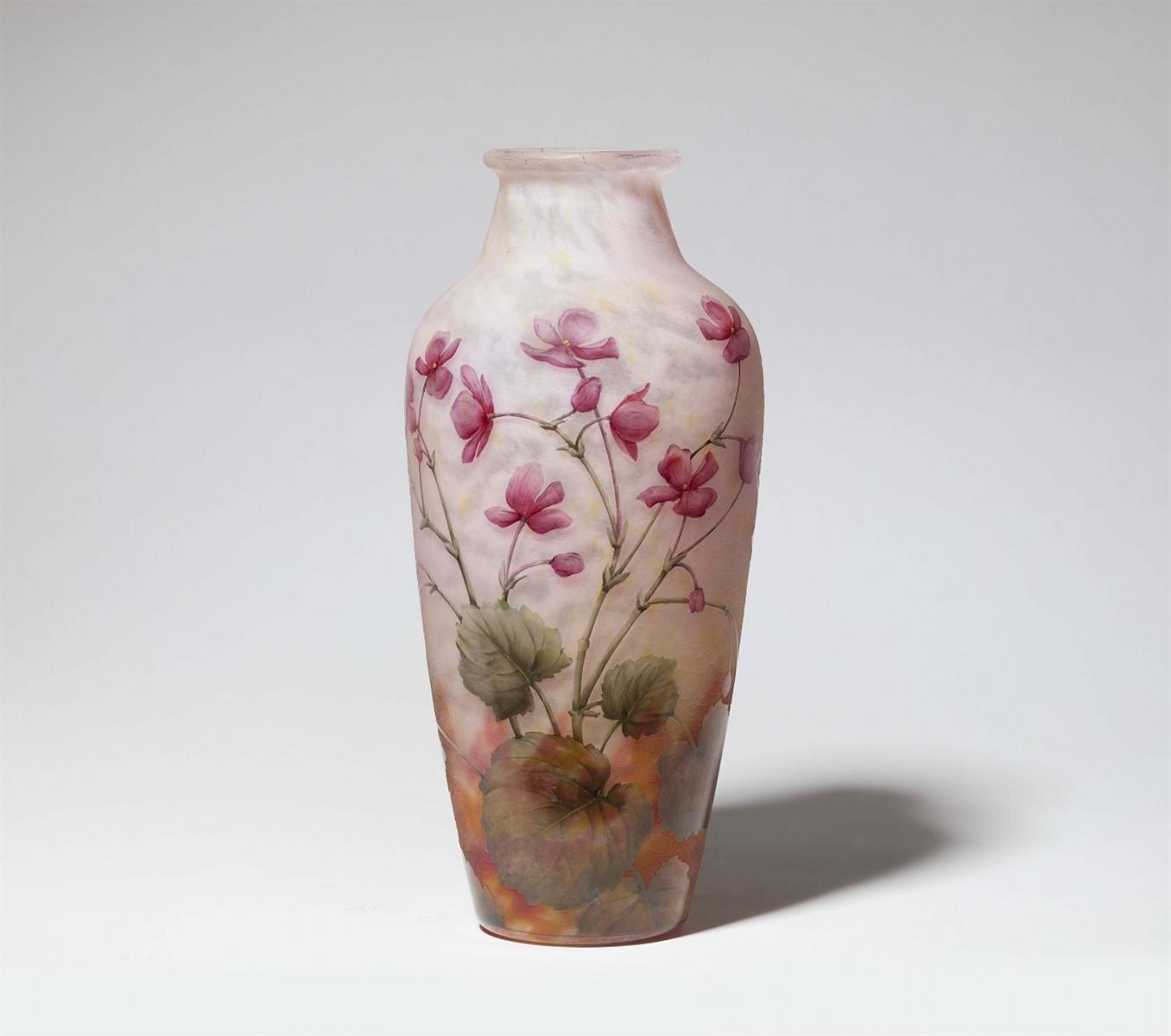 Lot 25 - Vase violetsMatt geätztes Glas mit gewölkten Pulvereinschmelzungen in Gelb, Rosa und Weiß,