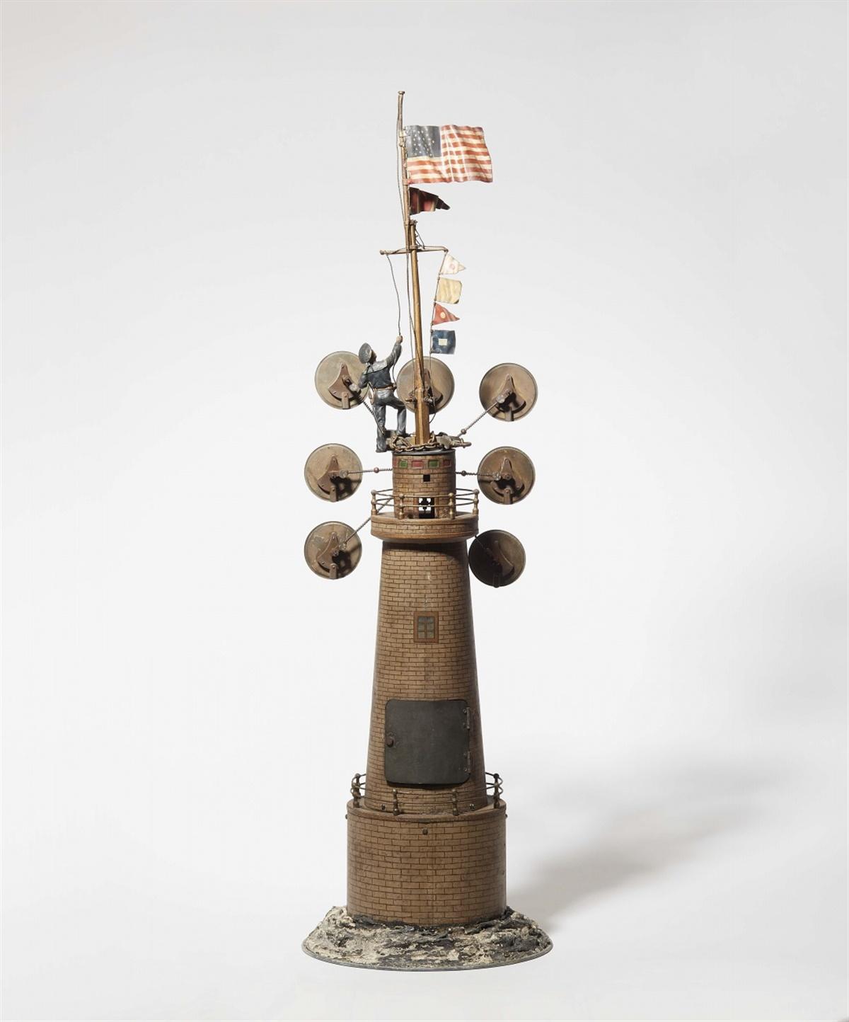 Lot 1 - Leuchtturm mit WeltzeituhrKupfer- und Eisenblech, lackiert. Skelettiertes Messing-Pendelwerk mit
