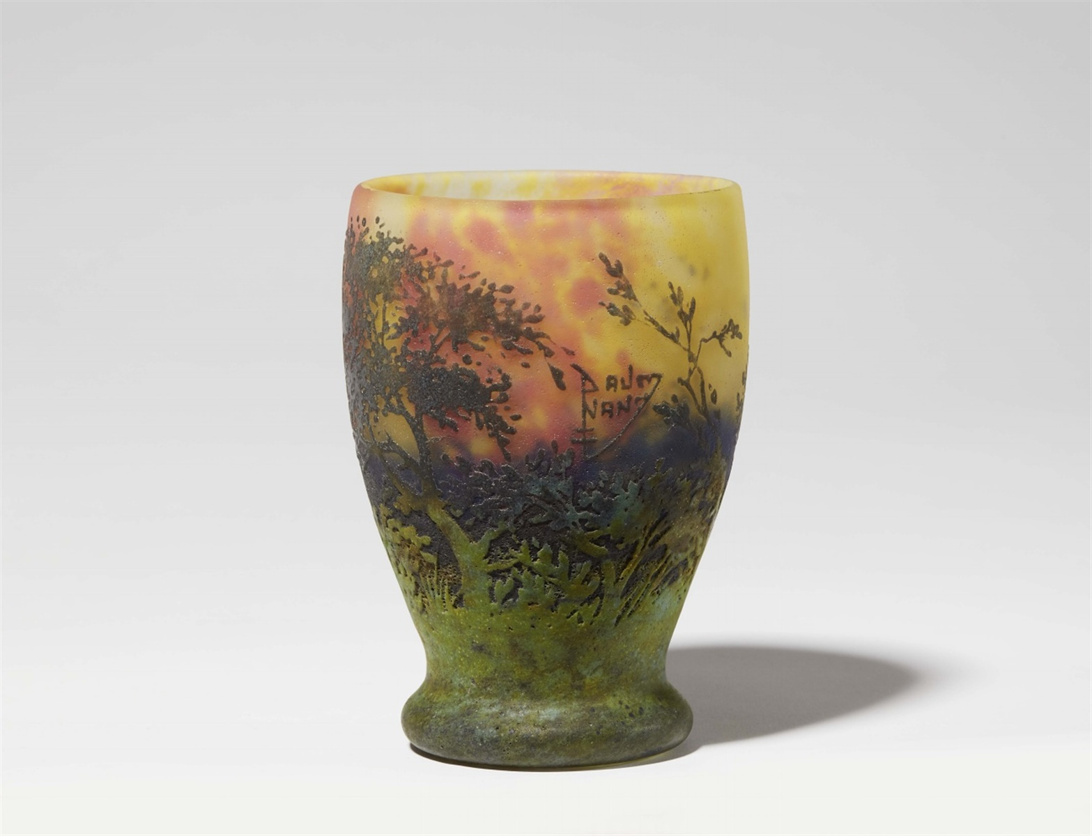 Lot 28 - Vase paysage (soleil couchant)Matt geätztes Glas mit gelben, blauen und roten Pulvereinschmelzungen,