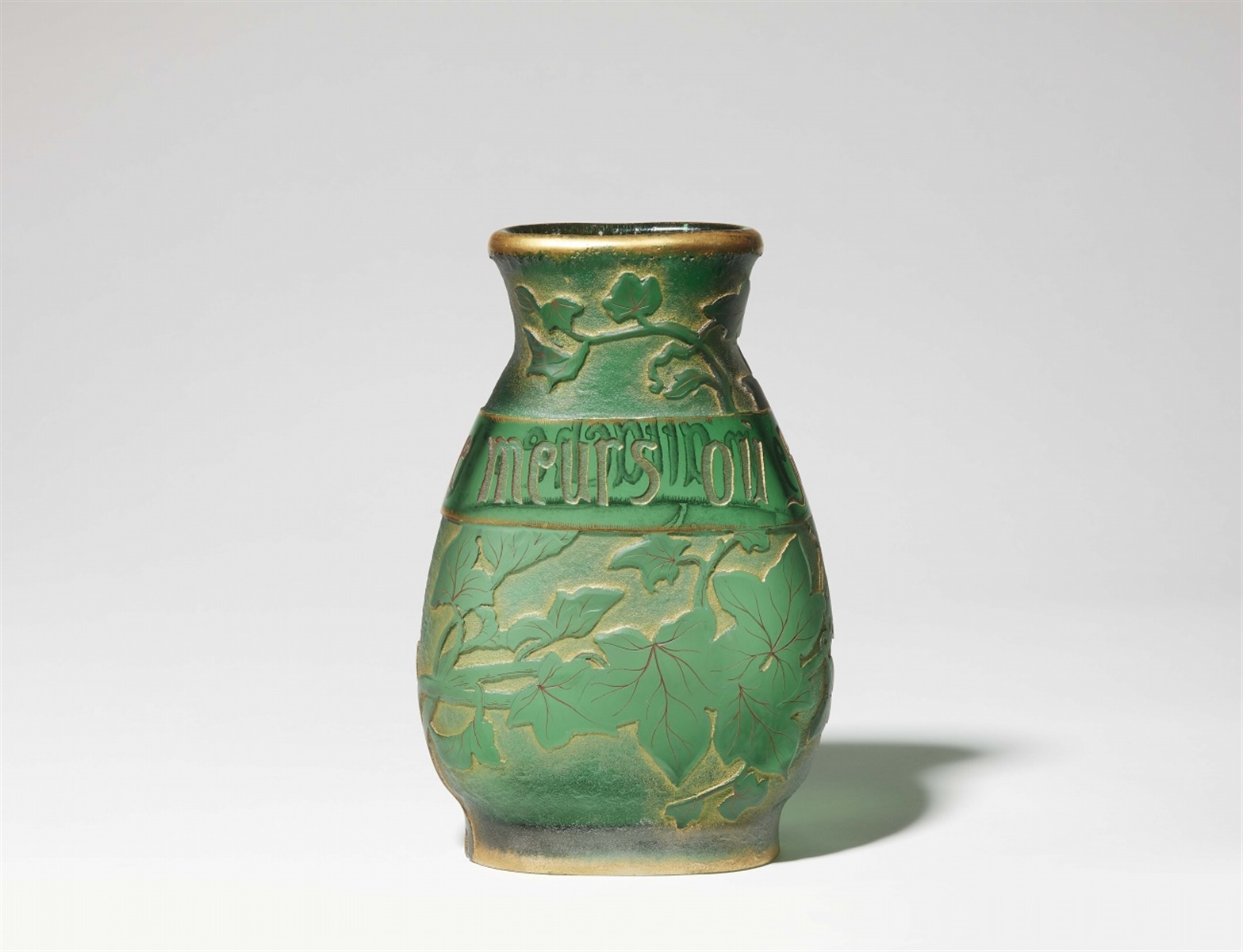 "Lot 8 - Vase parlante ""Je meurs òu je m'attache""Partiell matt geätztes grünes Glas mit tiefem"