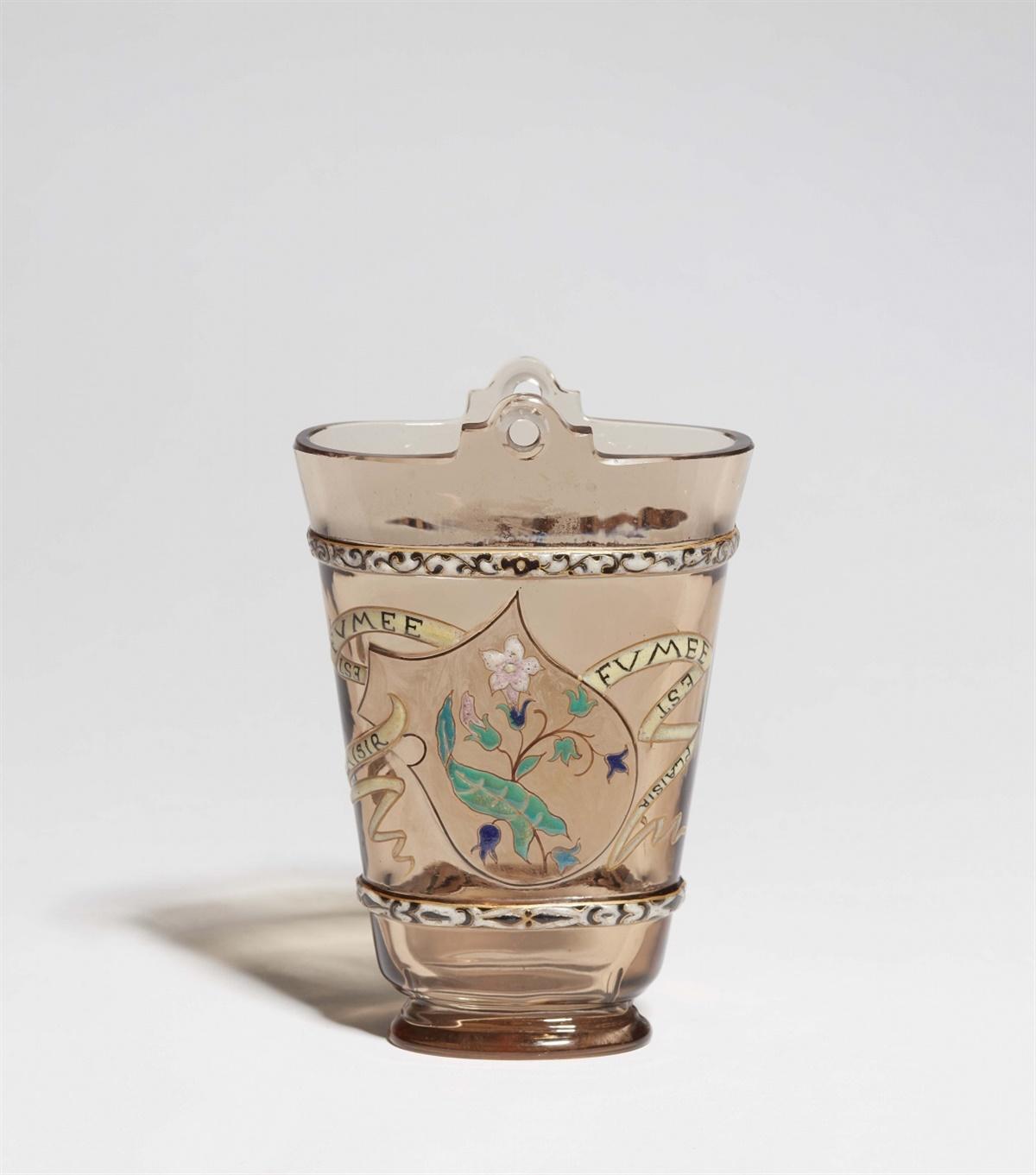 Lot 13 - Vase parlante FUMEE EST PLAISIRDickwandiges Rauchglas mit polychromem Reliefemail, Goldkonturen,
