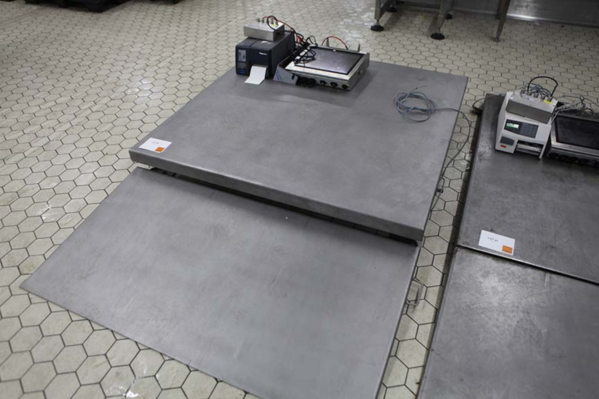 Lot 42 - Pallet Size floor scale with CSW20 display indicator Sn 216764 and printer