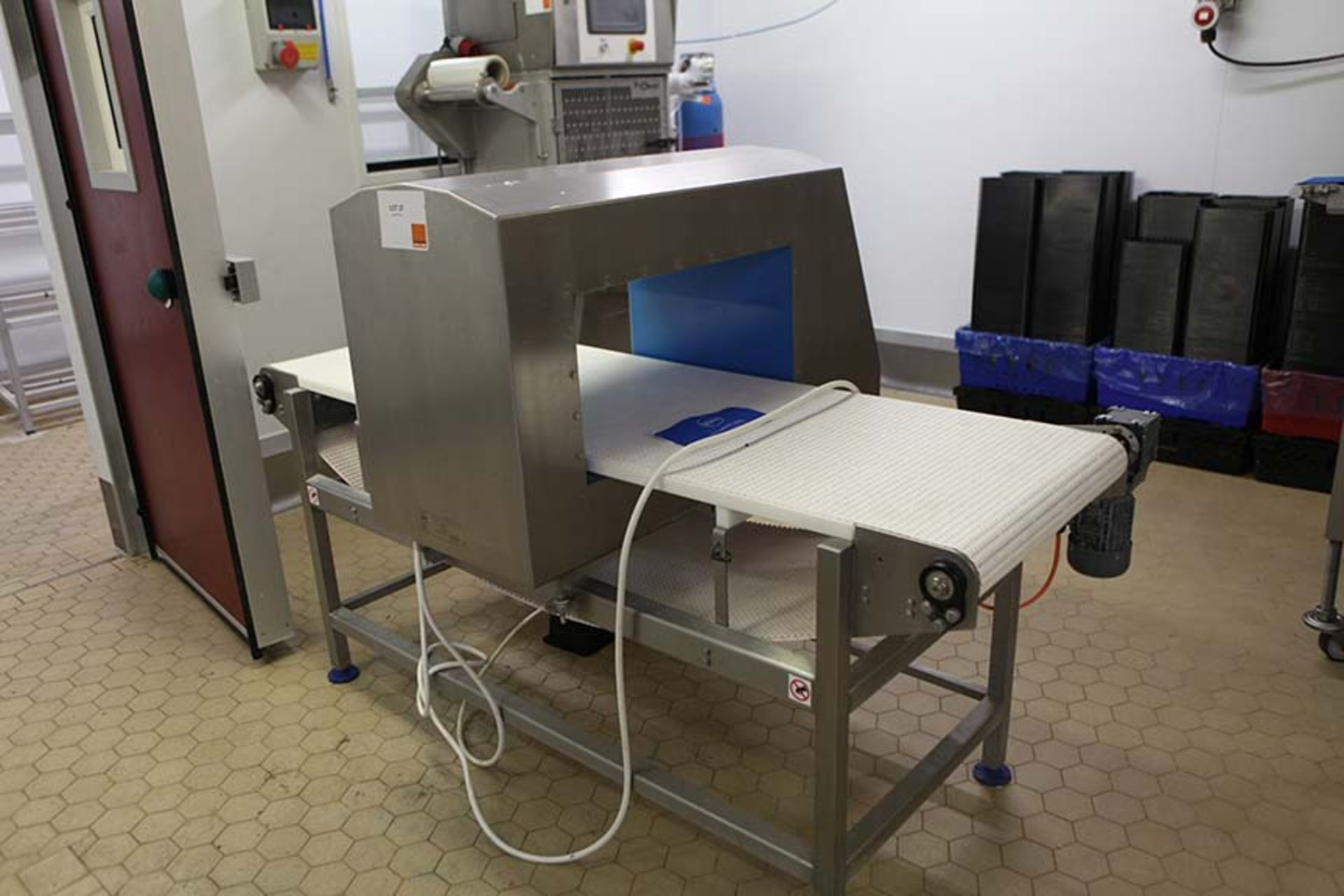 Lot 27 - LOMA IQ3 Metal Detector IQ3SD 2015 Sn 293490 on frame with motorised belt conveyor