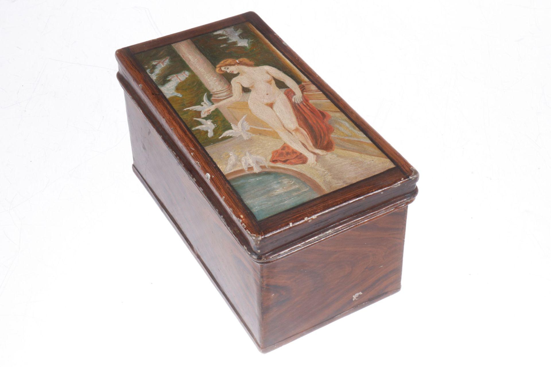"""Alte Weißblechdose, um 1900, handbemalt mit Holzmaserung und auf dem Deckel in Öl """"Eva im Bade"""","""
