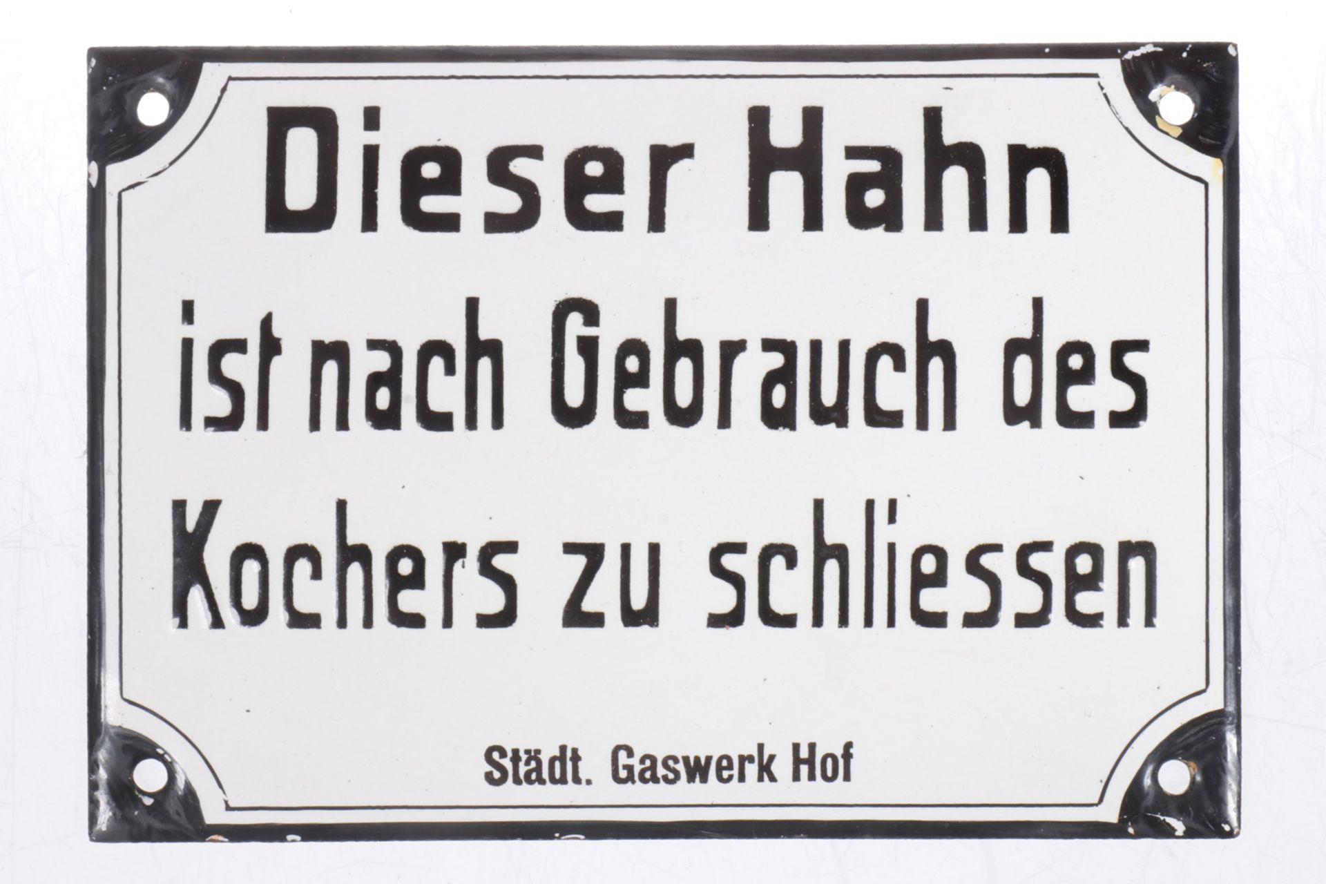 """Emailleschild mit Aufschrift """"Dieser Hahn ist nach Gebrauch des Kochers zu schließen"""", 13 x 9 cm"""