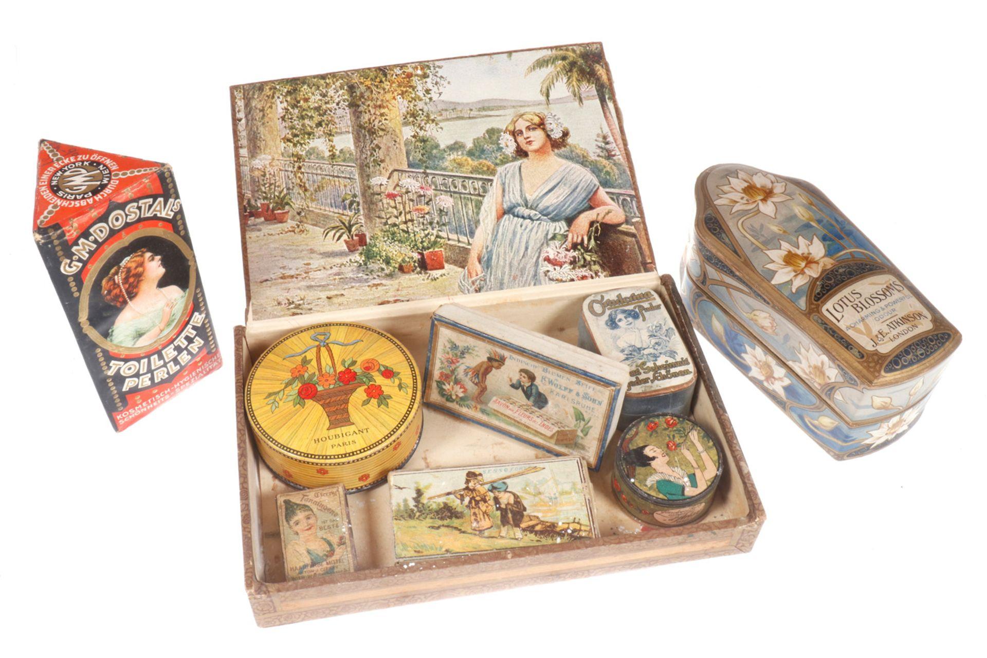 Konv. 8 Werbedosen, Pappe, um 1900, für Seife und Puder, im Zigarren-Kästchen mit Oldtimer-Motiv,