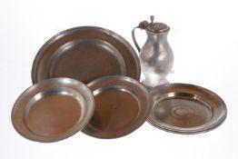 6 Zinnteller und 1 Zinnkrug, um 1800 bis um 1900/Anfang 20. Jh., Durchmesser 25-33 cm,