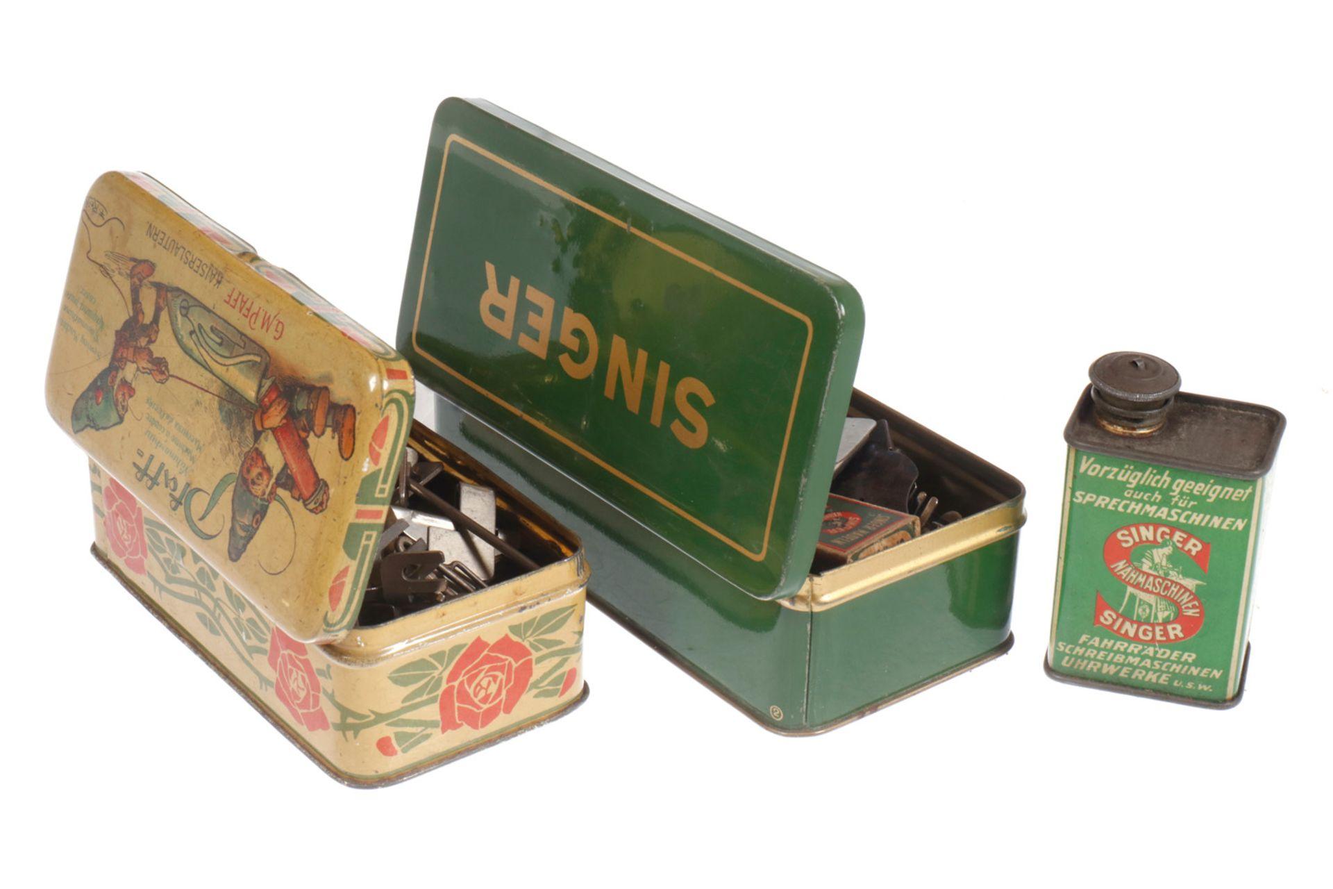 3 Blechdosen für und mit Nähmaschinenzubehör, Singer und Pfaff, 1900 bis 1920, Länge 16 cm