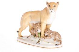 Katzhütte Porzellanfigur, Löwenmutter mit ihren Jungen und Salamander, 1 Ohr restauriert, L 25,5 cm