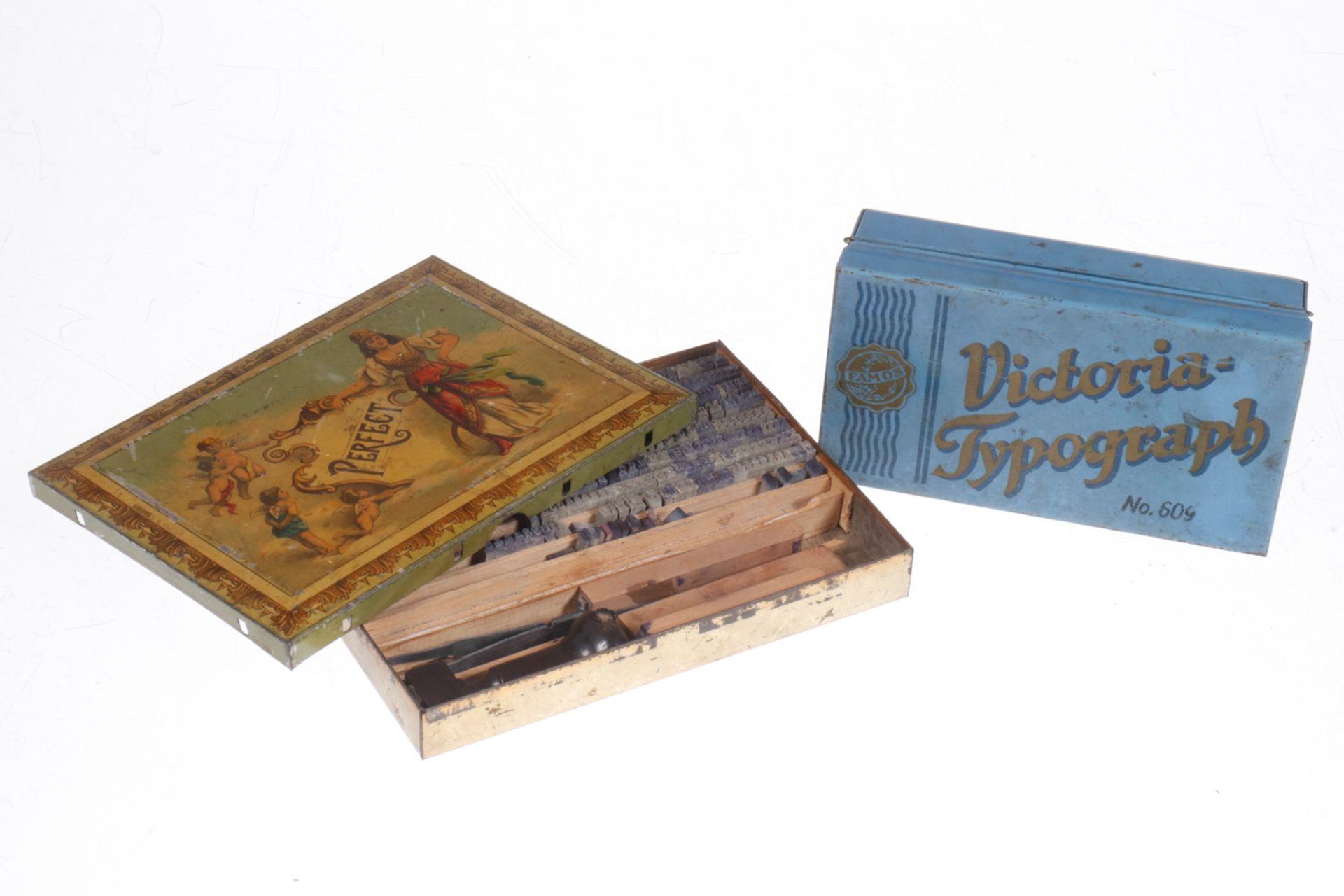"""2 Blechdosen für """"Famos Victoria Typograph"""" und """"Perfekt Druckerei mit Inhalt"""", um 1900, Länge 15"""