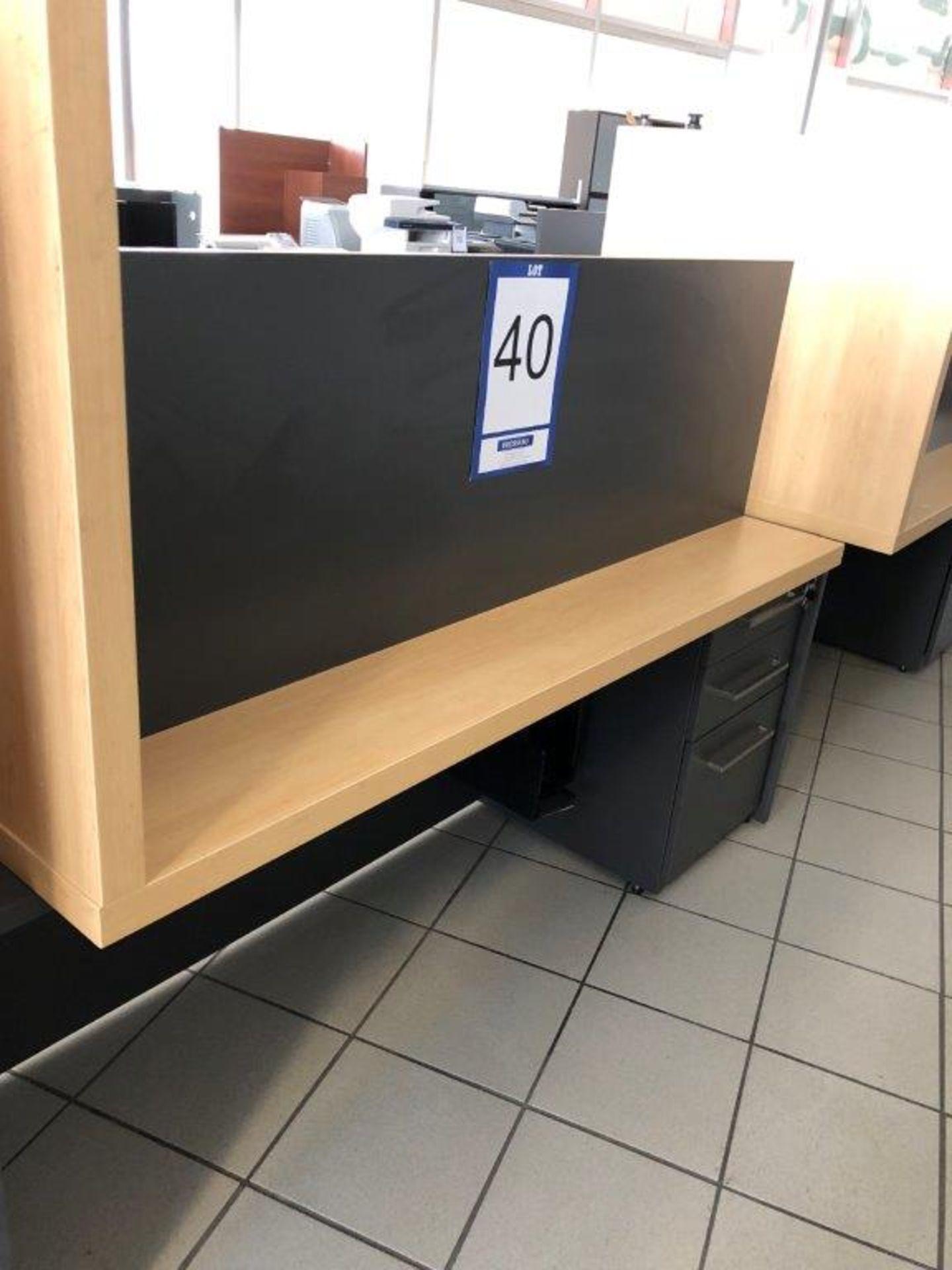 Lot 40 - Bureau avec retour, tiroir pour clavier et cabinet 4 tiroirs