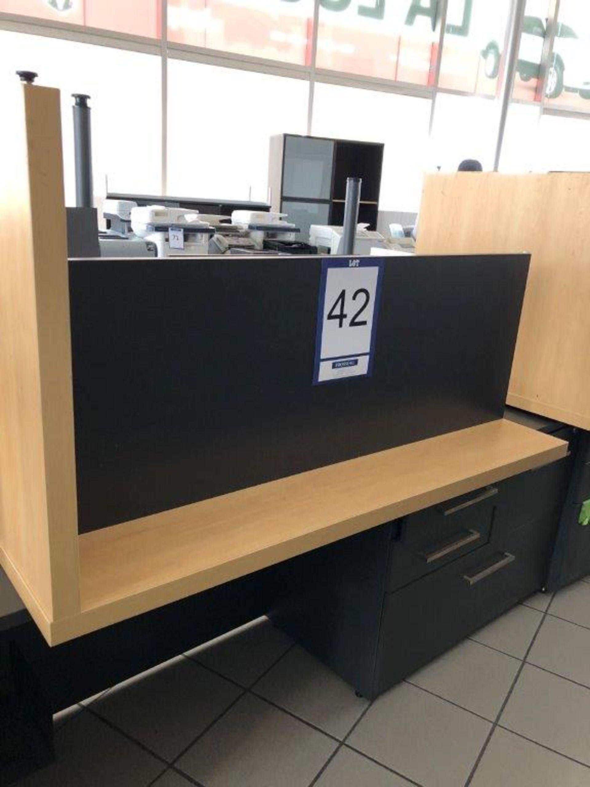 Lot 42 - Bureau avec retour, tiroir pour clavier et cabinet 4 tiroirs