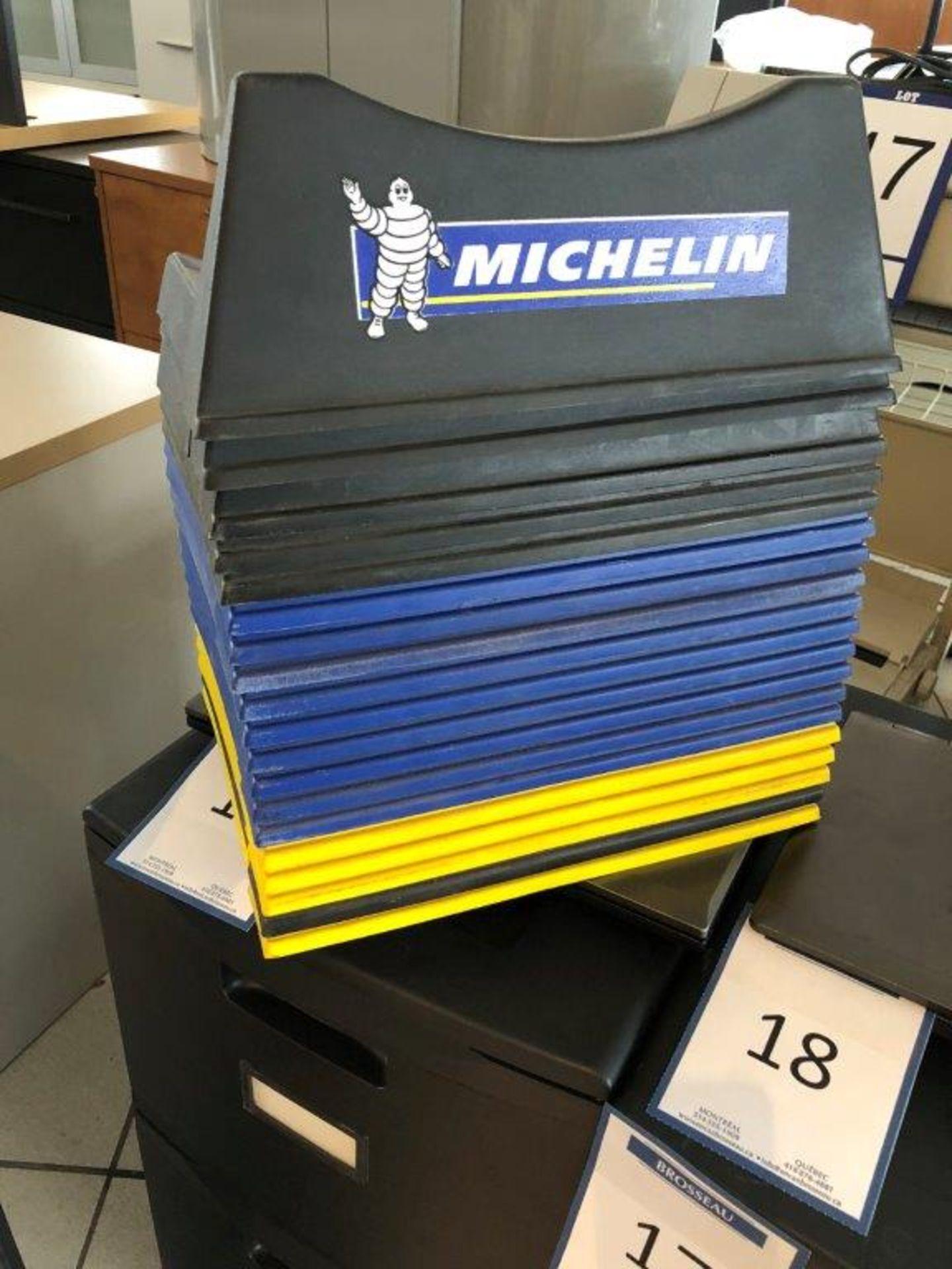 Lot 20 - Lot: présentoir à batteries MOPAR et 19 supports à pneus