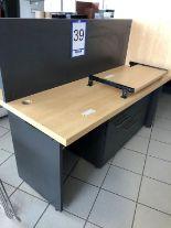 Lot 39 - Bureau avec retour, tiroir pour clavier et cabinet 4 tiroirs