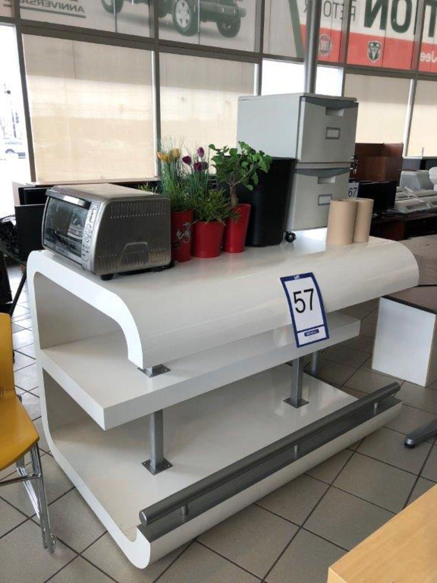 Lot 57 - Lot: comptoir de service, classeur vertical 2 tiroirs, pots à fleurs et four grille-pain