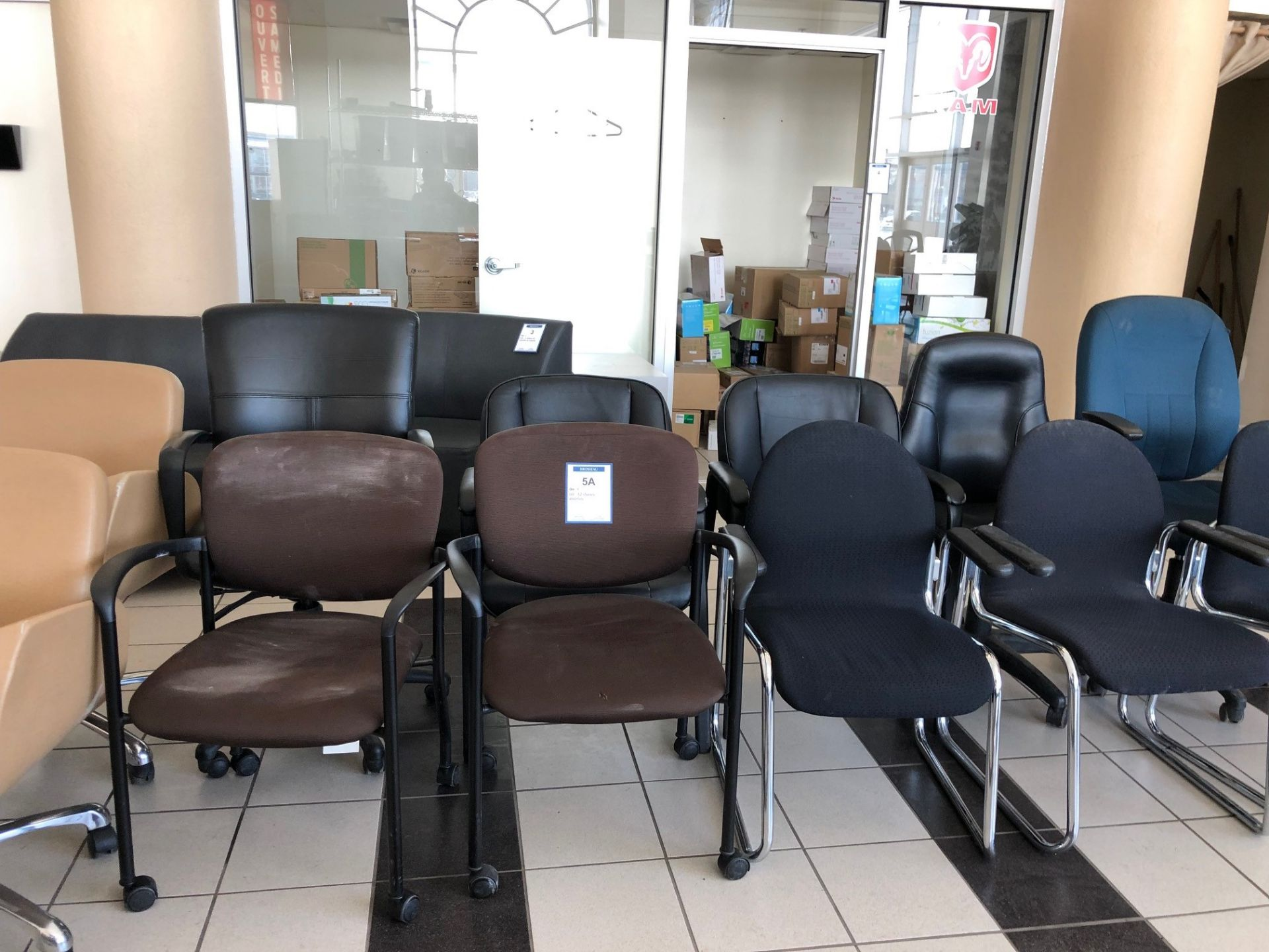 Lot 5A - Lot : 12 chaises assorties