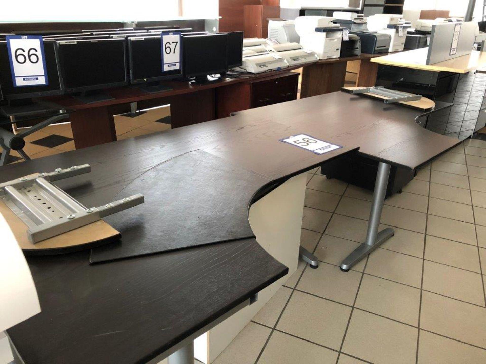 Lot 56 - Lot: 2 tables, 2 cabinets et 8 écrans