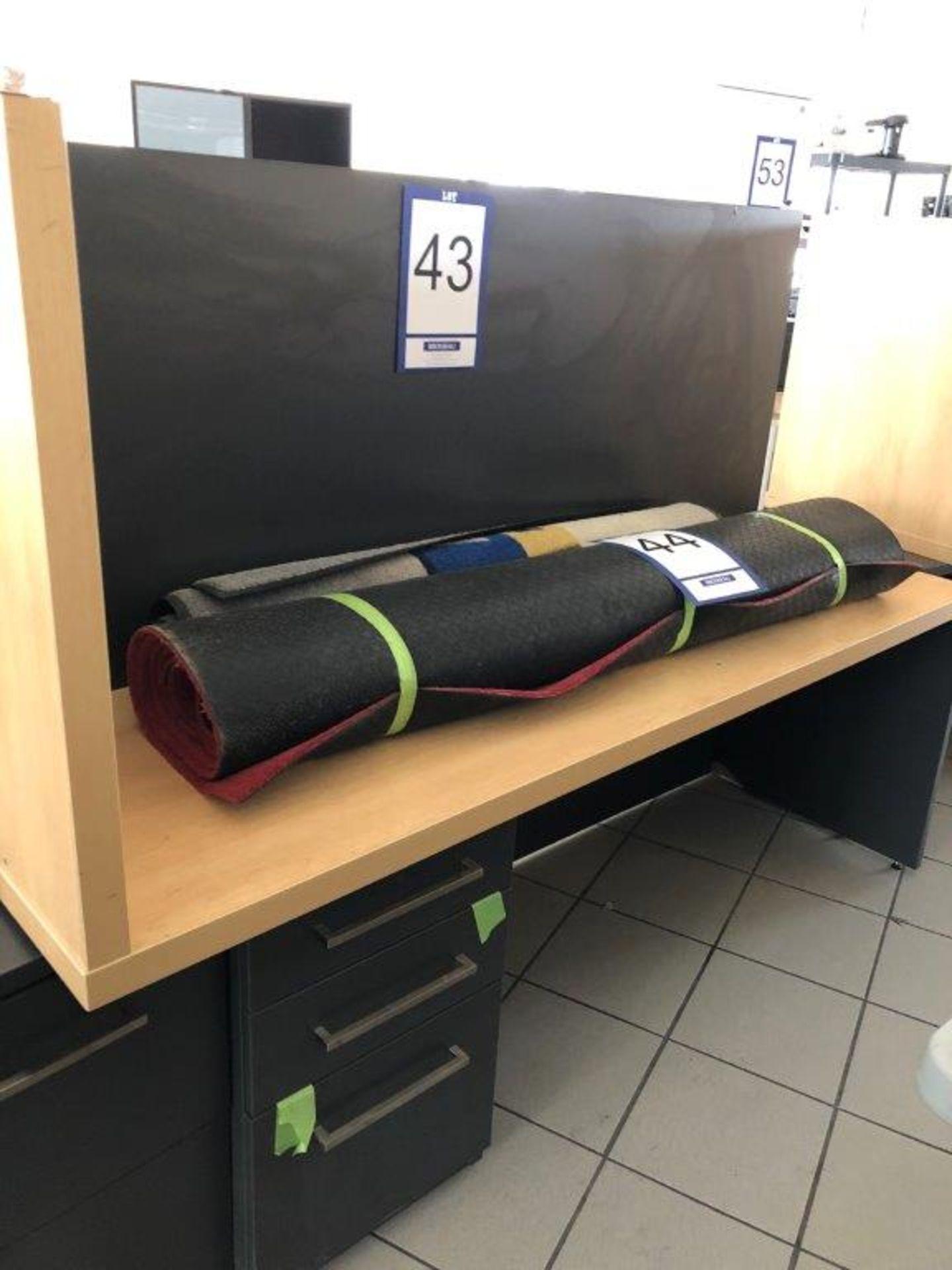 Lot 43 - Bureau avec retour, tiroir pour clavier et cabinet 4 tiroirs