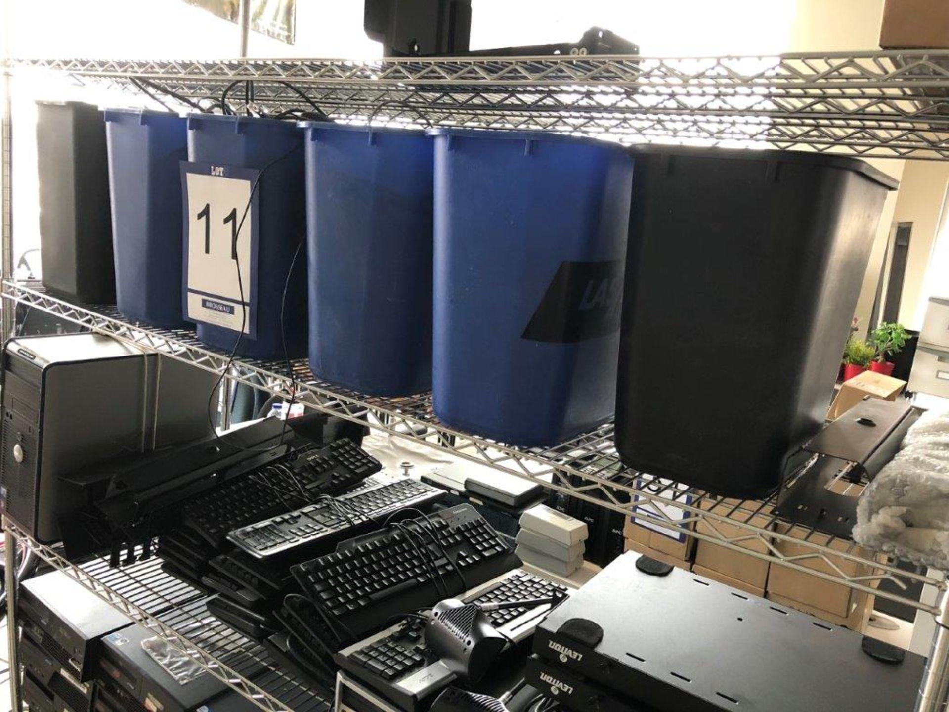 Lot 11 - Lot: étagères avec contenu (ordinateurs, claviers et souries assortis)