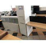 Lot 53 - Lot: bureau avec retour, 2 armoires murales et armoire 2 portes (5 mcx)