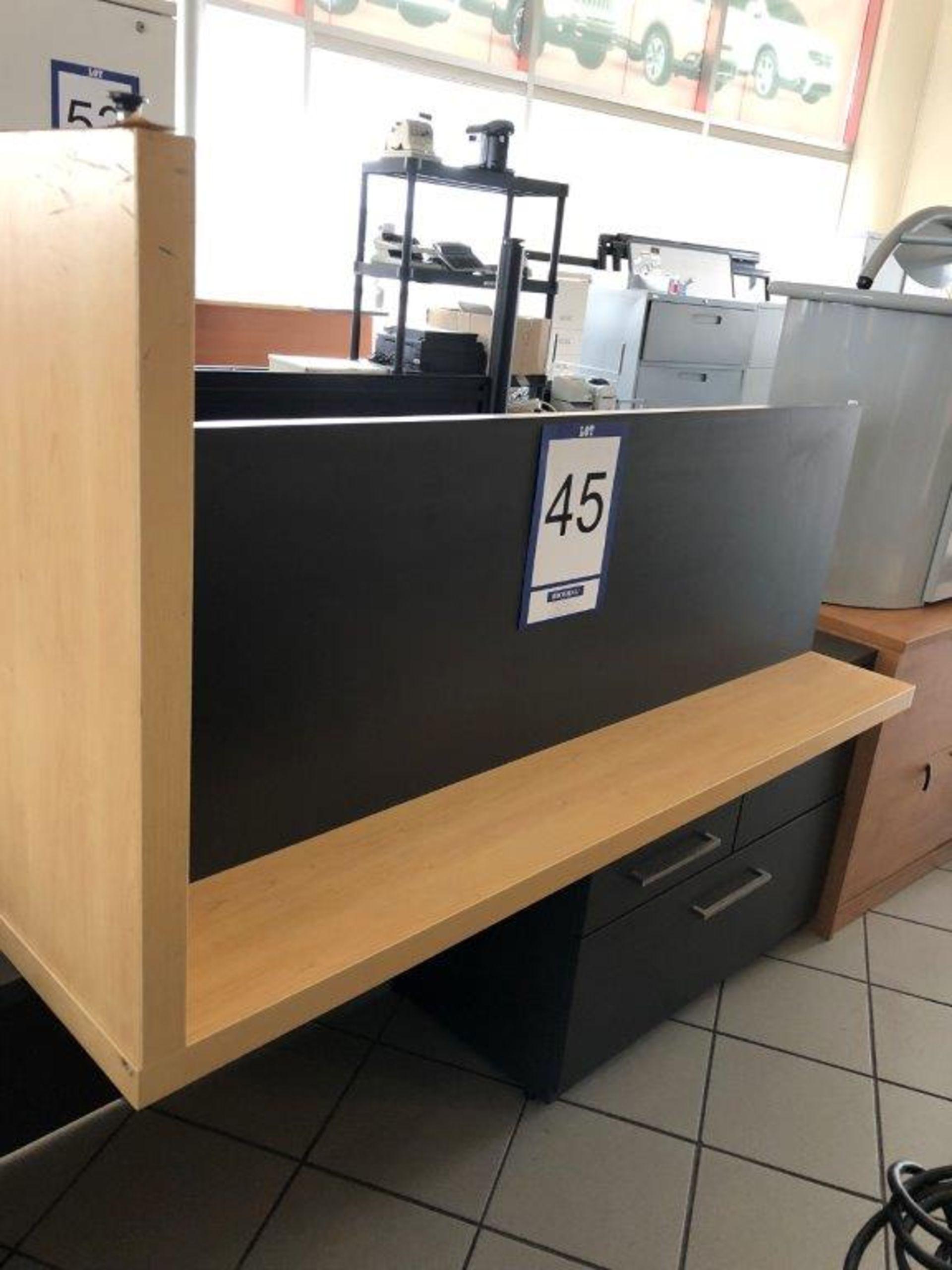 Lot 45 - Bureau avec tiroir pour clavier et cabinet 4 tiroirs
