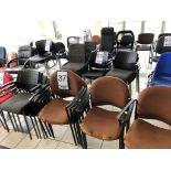Lot 37 - Lot: 10 fauteuils visiteurs en tissu brun et 4 fauteuils visiteurs noirs