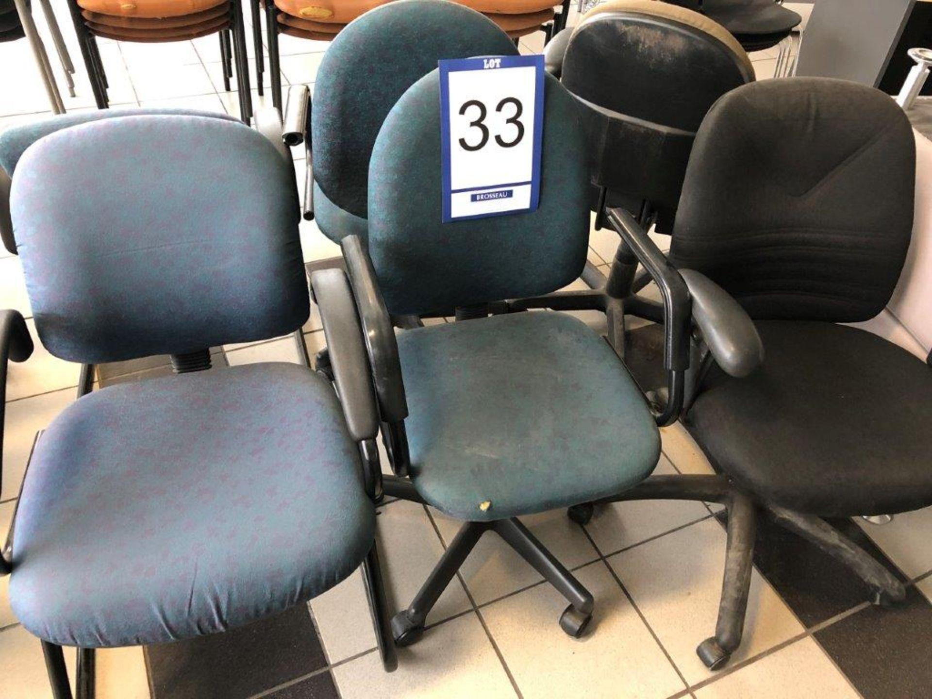 Lot 33 - Lot: 4 fauteuils sur roues en tissu et 2 fauteuils visiteurs en tissu