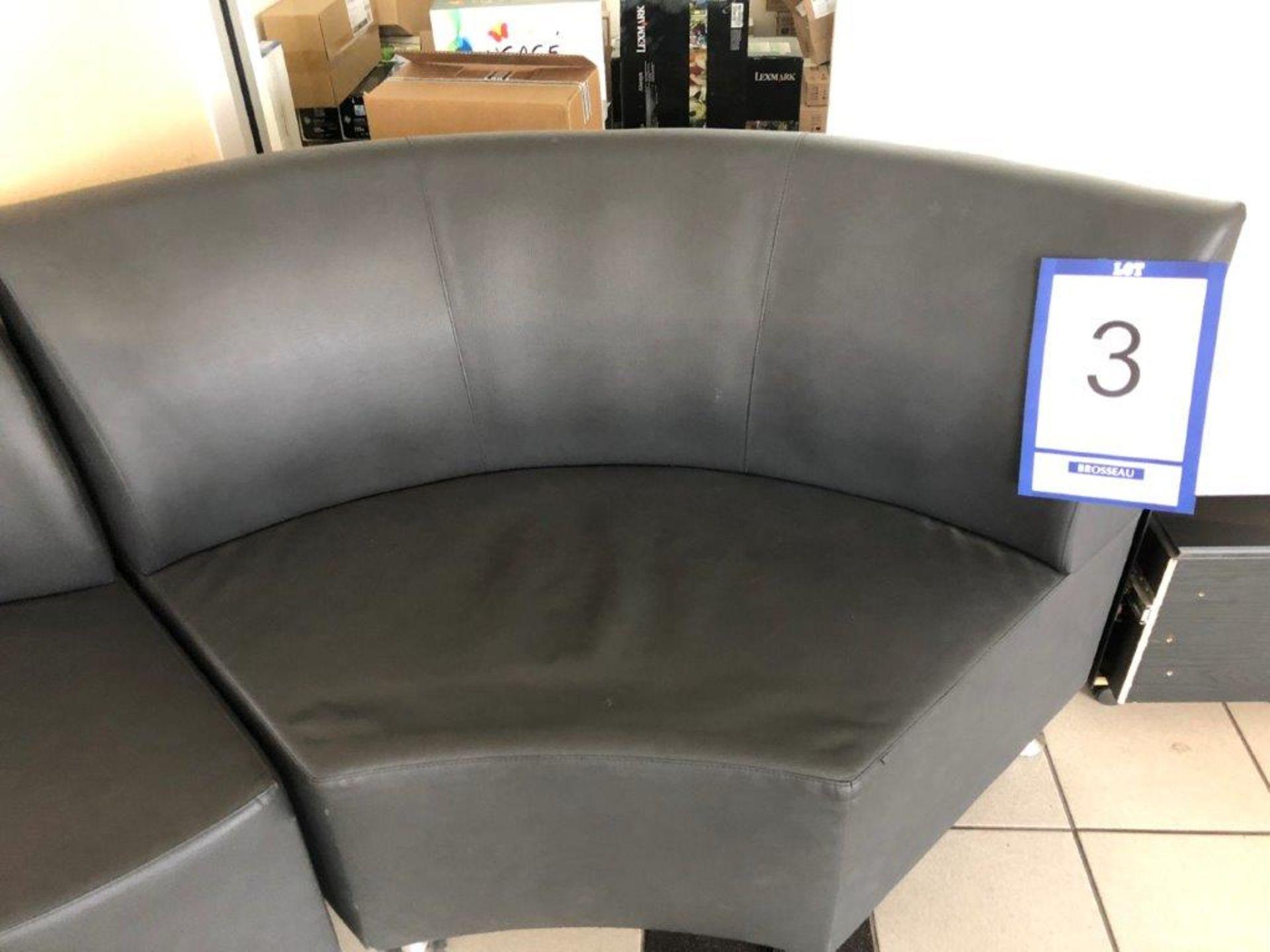Lot 3 - Lot: 2 sièges en cuirette et cabinet