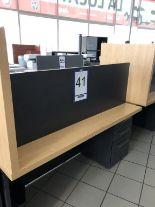 Lot 41 - Bureau avec retour, tiroir pour clavier et cabinet 4 tiroirs