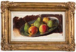 Französischer Maler (um 1900)Stilllebenaus Äpfeln und Birnen auf Zinnplatte. Lwd. (faltig) 24×40 cm.