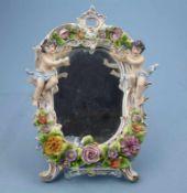 Spiegel, Sitzendorf, 20.Jh. Rocaillerahmen, aufgesetzte Blüten und Putti, kl. Best.,33x24cm