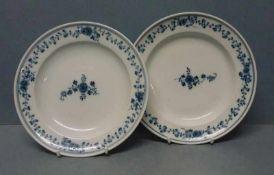 Paar Teller, Meissen, 1774-1814 rund, Wulstrand, blauer Blütenranken-Dekor, Schwerter-Mk.m. Stern,