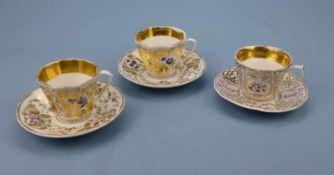 3 Porzellantassen mit UT, Ende 19.Jh. vergoldeter Rocailledekor mit Blümchen, 1 Chip, H7cm