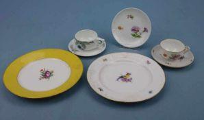 2 Mokkatassen und 2 Teller, Nymphenburg und Rosenthal Blumen- bzw. Kirschdekor