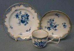 Kaffeegedeck, Meissen unterglasurblauer Blumendekor, Schuppenrand-Dekor, goldstaffiert,Teller-DM