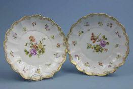 Paar Schalen, Wien, um 1800 rund, Ozier-Relief, Goldrocaille-Rand, polychromerBlumendekor, 1x rest.,
