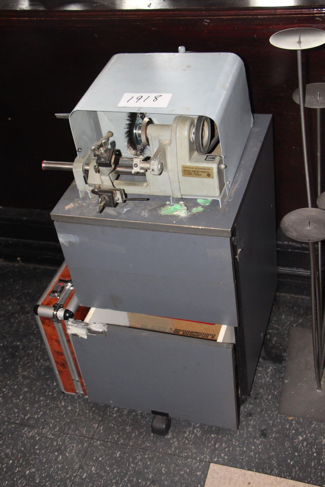 Lot 1918 - Lot Curtis Ind. Model 2000 automatic Key machine w/ 2 drawer cabinet & supplies