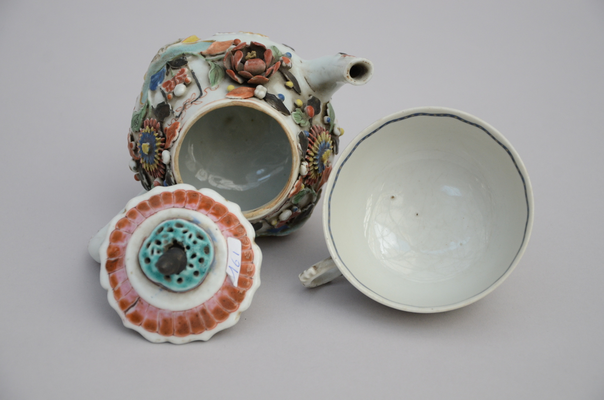 Lot 142 - Lot: teapot and cup in Chinese porcelain, 18th century (*) (11cm)