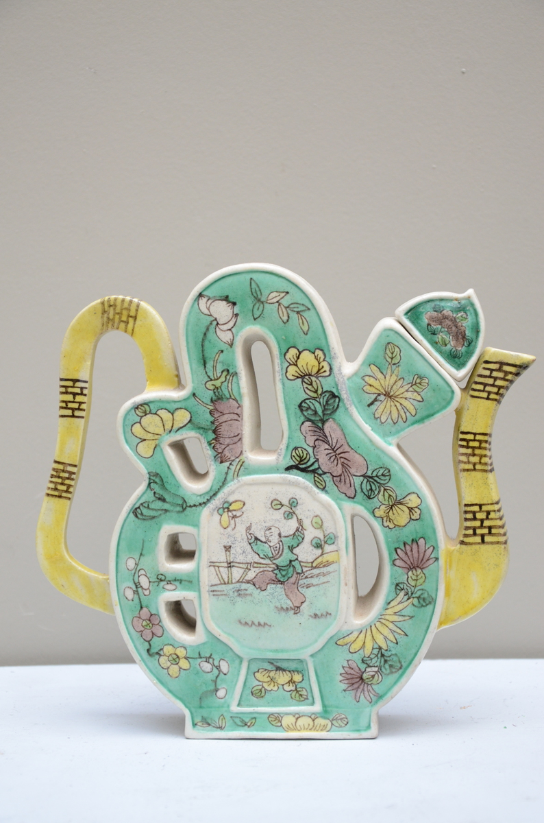 Lot 442 - Chinese famille verte teapot in the shape of a shou symbol (*) (20x20cm)
