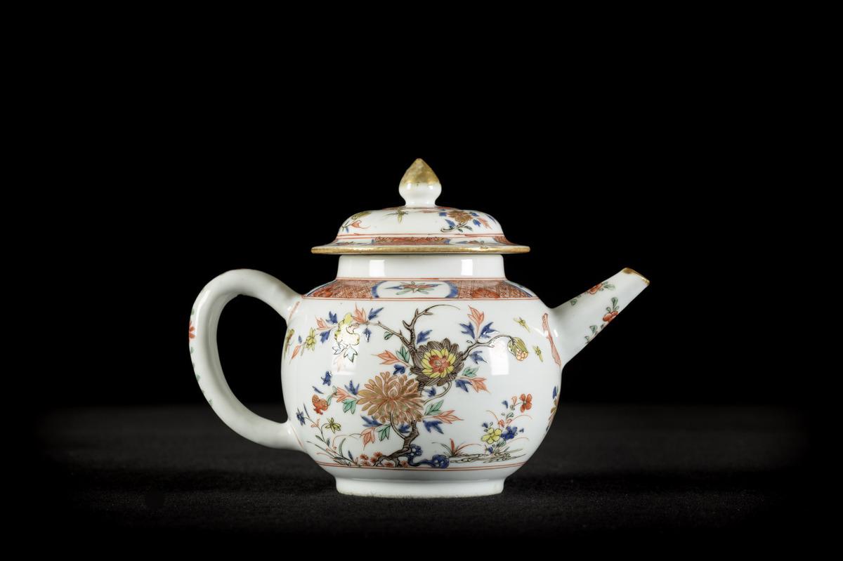 Lot 384 - Chinese teapot in famille verte porcelain 'flowers', 18th century (15cm)
