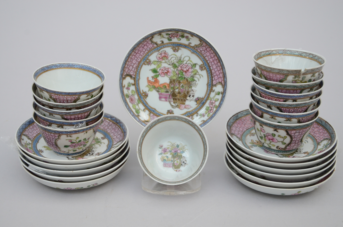 Lot 85 - Set of 12 cups and saucers in famille rose porcelain, Samson (*) (10cm)