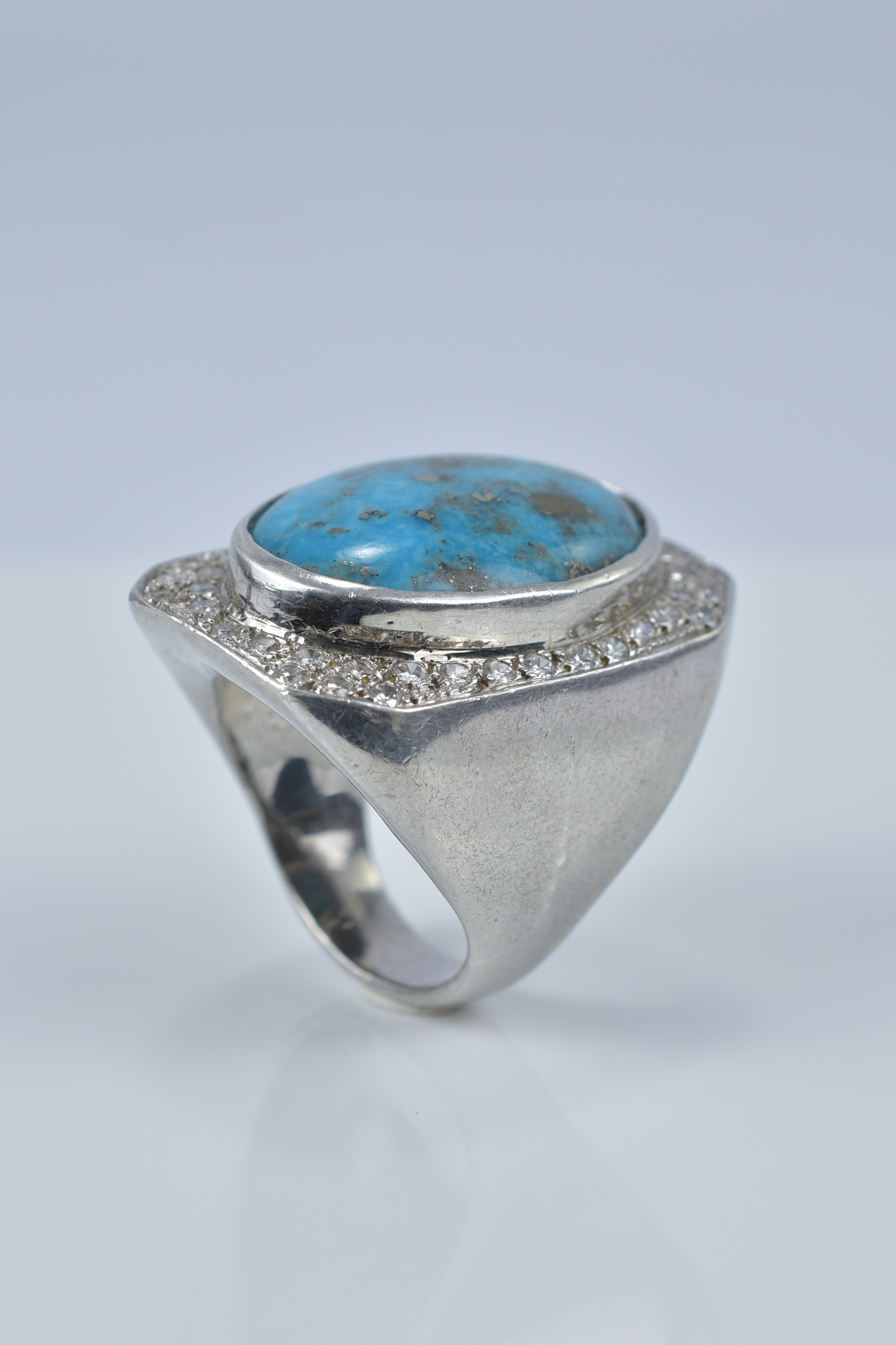 Lot 34 - A large turquoise and silver ring stamped 925. Size R
