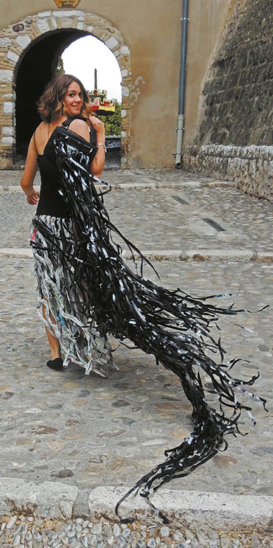 Lot 46 - Matteoda Jacqueline (1943) Robe noire - Paper sculpture -