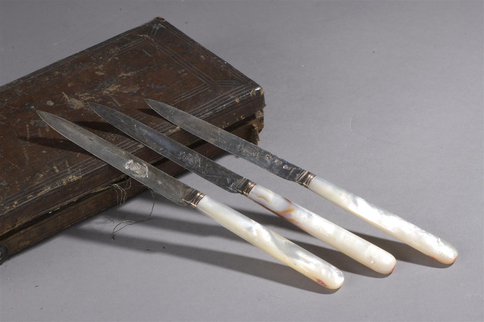 Lot 241 - Trois couteaux manche en nacre, lame en argent chiffrée, XVIIIe siècle et époque [...]