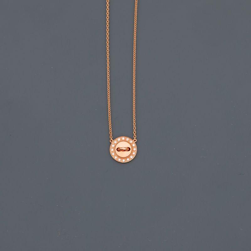 Lot 18 - BOUTON DE LOUISE. Collier en or jaune, 750 MM, motif en bouton orné de diamants, [...]