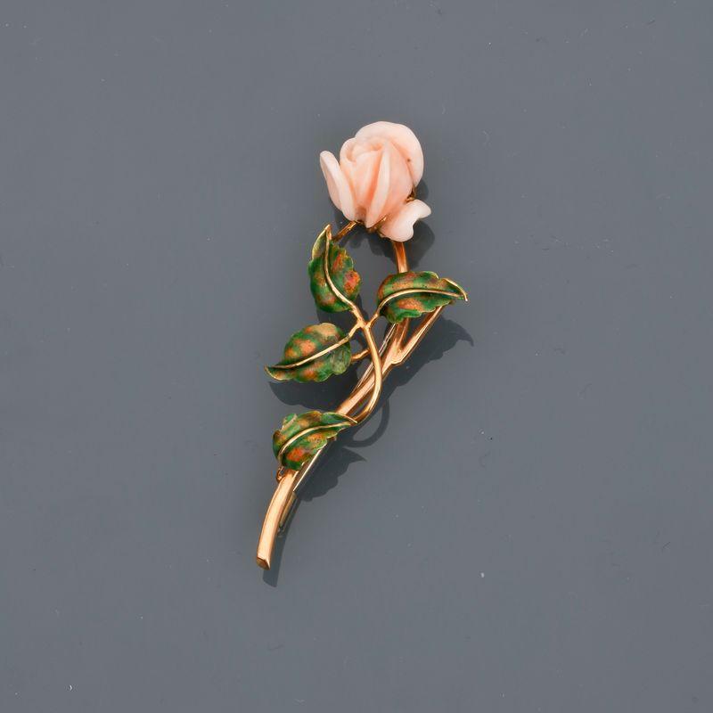 Lot 27 - Broche dessinant une rose d' or jaune, 750 MM, feuilles appliquées d'un émail vert, [...]