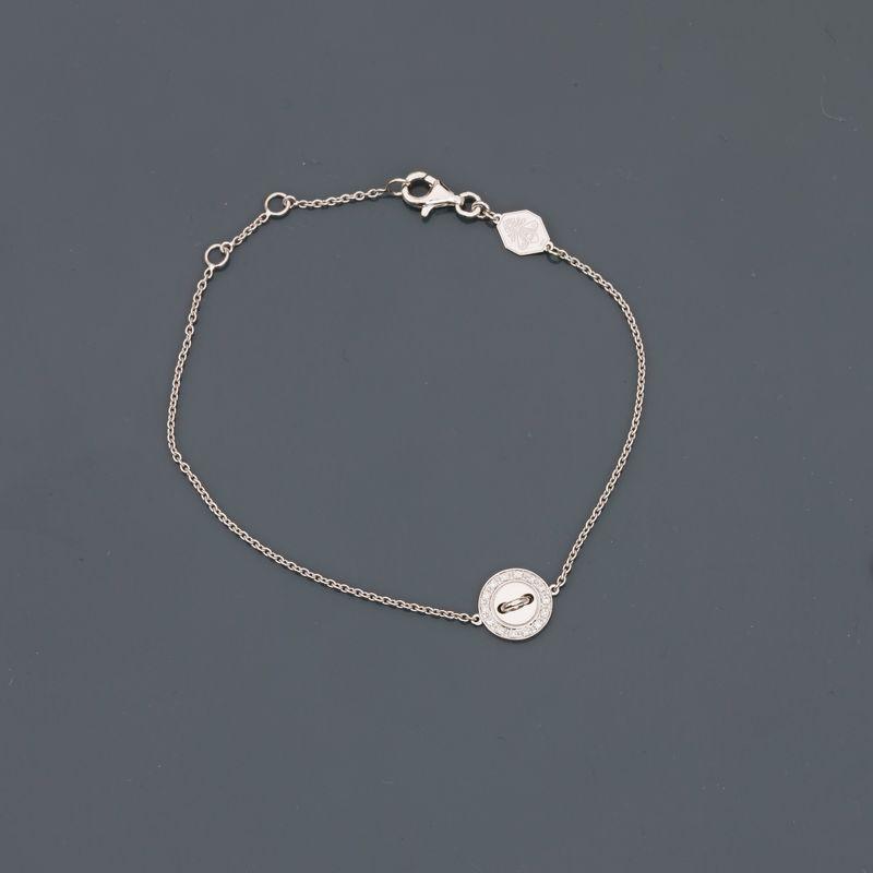 Lot 19 - BOUTON DE LOUISE. Bracelet en or gris, 750 MM, motif en bouton orné de diamants, [...]